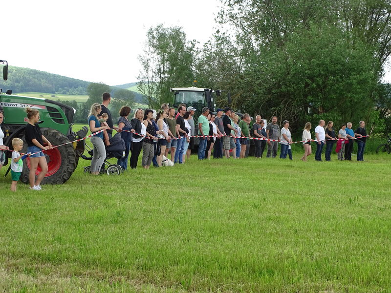 50 Teilnehmende und zwei Traktoren protestierten in Obermaßfeld gegen die geplante Ortsumgehung Obermaßfeld-Grimmenthal